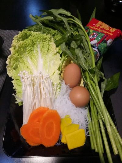 ผักสด และสะอาดดี มีไวไวมาให้ด้วย ไว้ต้มตบท้ายมื้ออาหาร