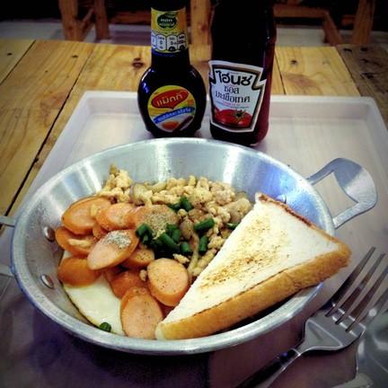 ไข่กระทะ ใส่ไก่สับ ไส้กรอกไก่ เห็ดญี่ปุ่น และแฮมไก่รสชาติดีและไม่เหมือนใคร