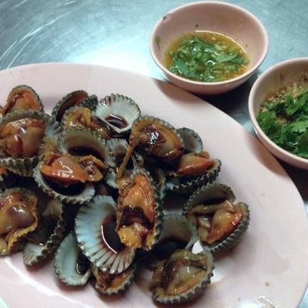 หอยแครงลวก แกะมาพร้อมกิน 120 บ. น้ำจิ้ม 2 สูตรเด็ดดวง