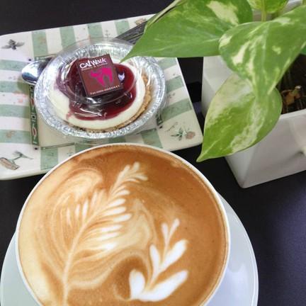Latte Art งามๆ รสกาแฟหอมละมุน ละเลียดกะบลูเบอรี่ชีสพาย บวกอากาศสบายๆ ^_^