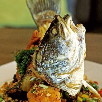 ปลากระพงคั่วแห้งพริกไทยดำและกระเทียม