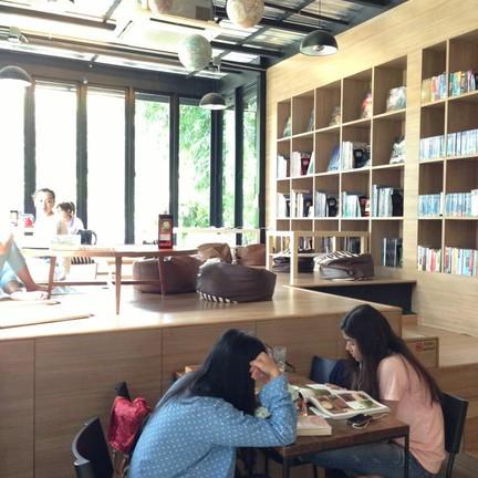 ภายในโซนห้องสมุด เซ็นท์ชื่อก่อนเข้าใช้นิดนึง แล้วนั่งกันไปด้านบนนั้นนั่งนานสุดๆ