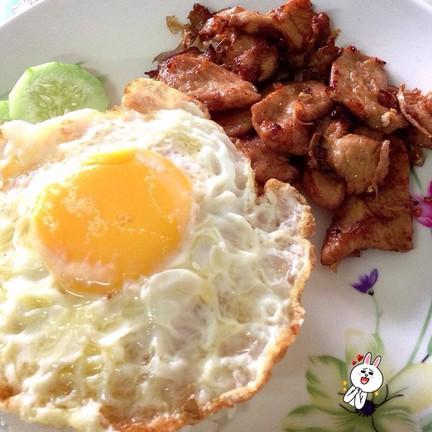 ไก่ทอดกระเทียม+ไข่ดาวราดข้าว