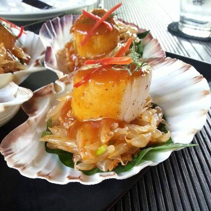 ยำ หอย เชลล์ส้มโอ น้ำยำอร่อยและหอยตัวโตมาก ในจานมา 4 ตัว จานนี้ 480 บาท ก็สมราคา