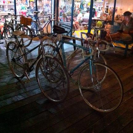 มีรถจักรยานจอดอยู่หน้าร้าน