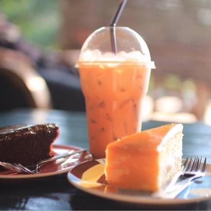 วันนั้นสั่งน้ำหลายอย่างแต่เหลืิแค่แก้วนี้อ่าา เป็นชาเย็น กับเค้กช้อคกับส้ม