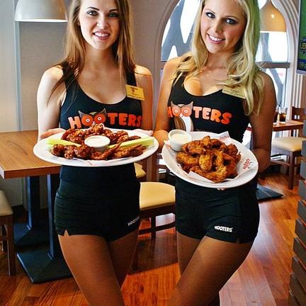 สาวๆ Hooters Girls สุดเซ็กซี่ พร้อมเสิร์ฟความอร่อย