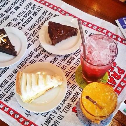เค้กและเครื่องดื่มมีให้เลือกมากมาย