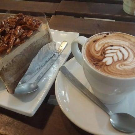 Cafe Mocha ร้อนๆ เสิร์ฟพร้อม Nutty Caramel Coffee Cake