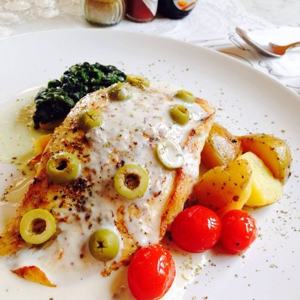 ปลากระพงย่างเสิร์ฟพร้อมผักโขมอบชีส