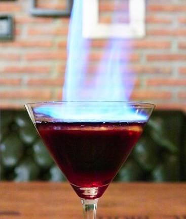 Red Devil - เปลวไฟจากทั้งจุดไฟที่เหล้า รับรองสั่งเมนูคนมองทั้งร้าน