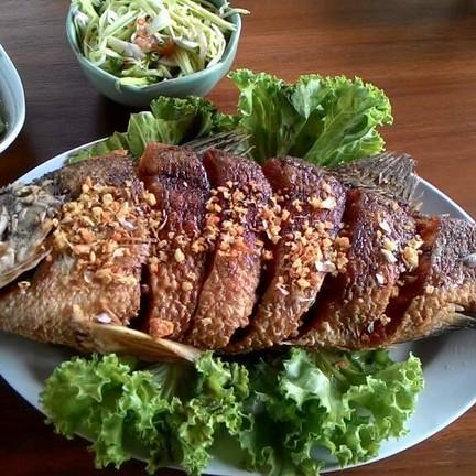 ปลากระพงทอดราดน้ำปลา