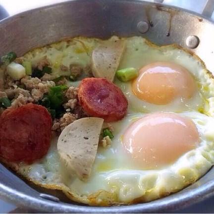 ไข่กระทะ มาพร้อมบาเก็ตและชา/กาแฟ/น้ำส้ม ในราคา25บาทเท่านั้น