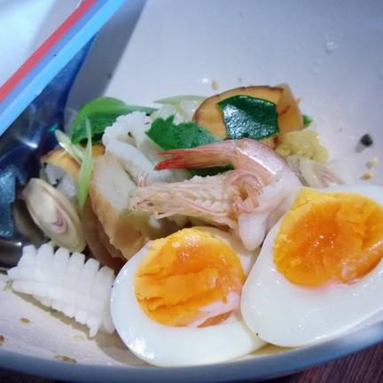 ต้มยำใบกะเพราจี๊ดจ๊าด แบบแห้ง + ไข่ต้มยางมะตูม