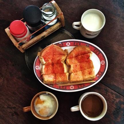 น้ำเม็ดอัลมอนด์ + ขนมปังปิ้ง + ไข่ลวก + กาแฟ