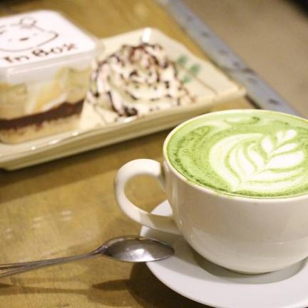 คู่หูความอร่อย (Hot Green Tea Latte และ Banoffee Cake)