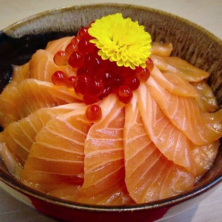 Salmon and Salmon Roe on top of Sushi rice.