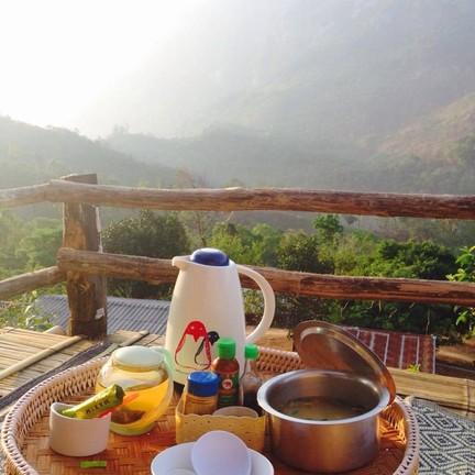 เช้าๆ มีกาแฟ โอวันตินบริการที่ระเบียงบ้าน ตามมาด้วยข้าวต้มอร่อยๆอีกหนึ่งหม้