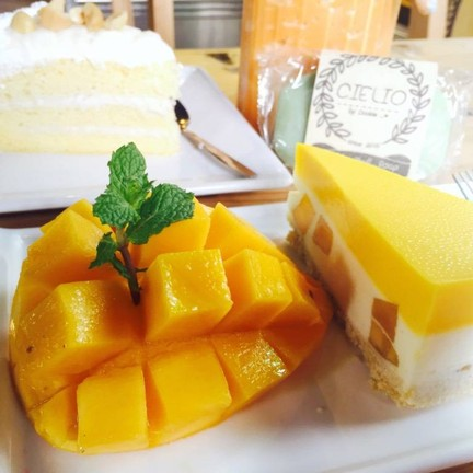 Mango Chese Pie & Thai Tea With Milk  & Coconut Cake
