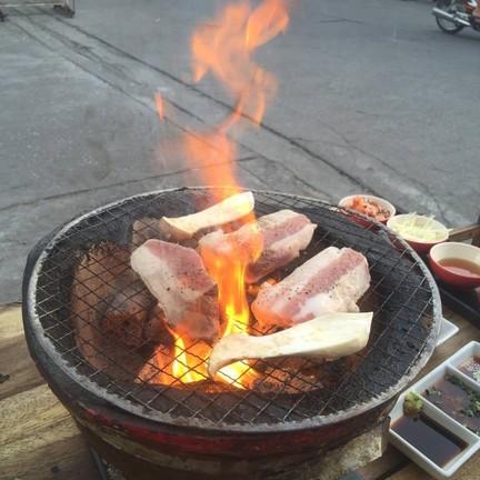 หมูเนื้อหมูเกาหลีมันๆ ย่างจนน้ำมันไฟลุกท่วม