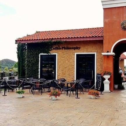ร้านกาแฟอยู่หน้าประตูทางเข้า