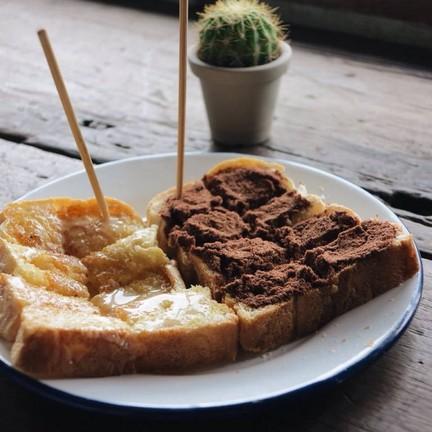 ขนมปังปิ้งเนยนม&นมโอวัลติน