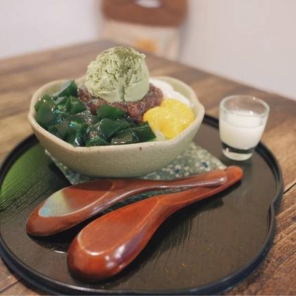 Sakamotoya (ไอติมชาเขียว+น้ำเเข็งใส+ถั่วเเดง+เยลลี่ชาเขียว+โมจิ+ส้ม)