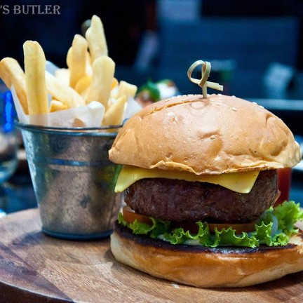 Beef Cheese Burger, Fench Fries (250 B) เนื้อเบอร์เกอร์ชิ้นหนา ย่างแบบสุกกำลังดี