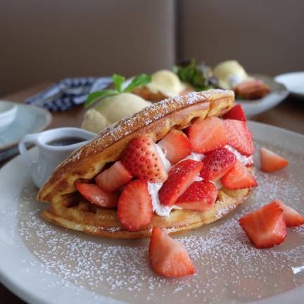 Strawberry waffle (260++)