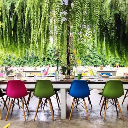 นั่งท่ามกลางสวนสวย