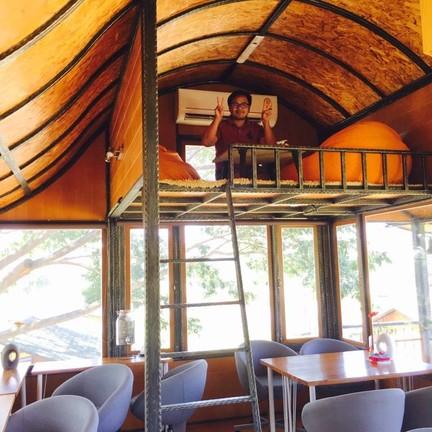 Cafe' De Innova ชั้นสองมีที่นั่งใต้หลังคา จุดเปิดแอร์ เย็นมาก