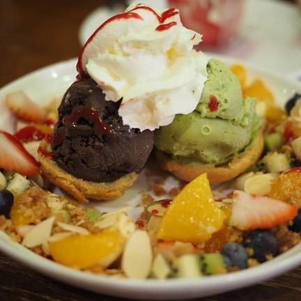 ชูครีมกับไอศกรีมและผลไม้ต่างๆ