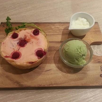 strawberry apricot kernel cheese tart (880+ = 950¥)