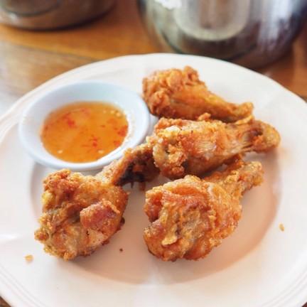ไก่ทอดน้ำปลาร้อนๆ ไม่ชอบกินขนมจีนก็สั่งเป็นข้าวได้ อร่อยมากๆ
