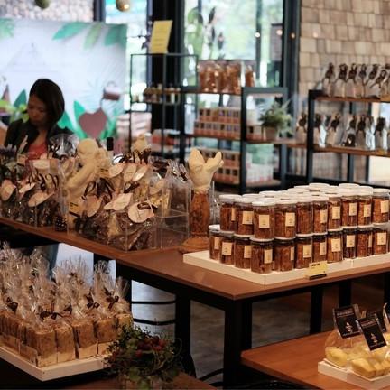 ขนมในรูปแบบต่างๆ มีให้เลือกมากมาย แต่ แทบทุกชิ้นจะมีช็อคโกแลตเป็นส่วนประกอบ