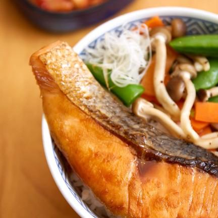 """""""ข้าวหน้าปลาแซลมอนราดซอสเทริยากิ"""""""