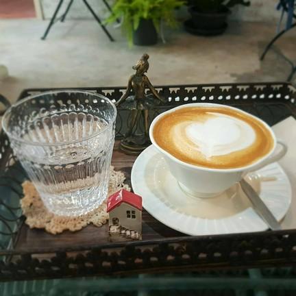 ลาเต้ร้อนหอมกลิ่นกาแฟ  ชอยมากๆๆๆ