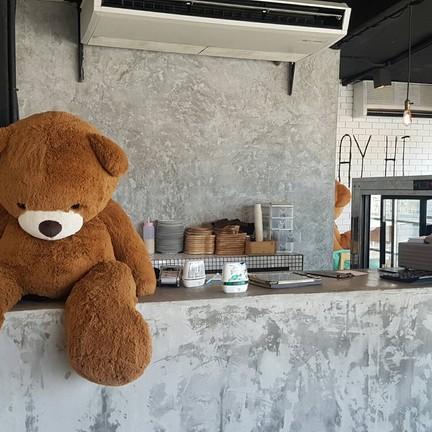 หมีน้ำตาลคอยรับ order