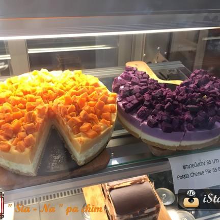 เมนูเด็ดของที่ร้านเป็นทาร์ตมันม่วงและส้ม