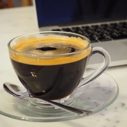 กาแฟอเมริกาโน่ร้อน เสริฟกับแก้วใสๆ