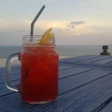 น้ำกระเจี๊ยบ+น้ำส้ม+น้ำ... จำชื่อเมนูไม่ได้ล้าวววว แต่รสชาติเริ่ดดดด รสชาติหนักไ