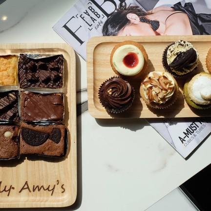 บราวนี่ของร้าน @onlyamys และคัพเค้กจากร้าน @kwanmada.s_cupcakery .