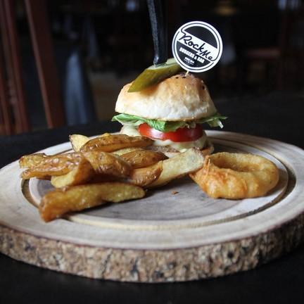 Rock Me Burgers & Bar คูเมืองชั้นนอก