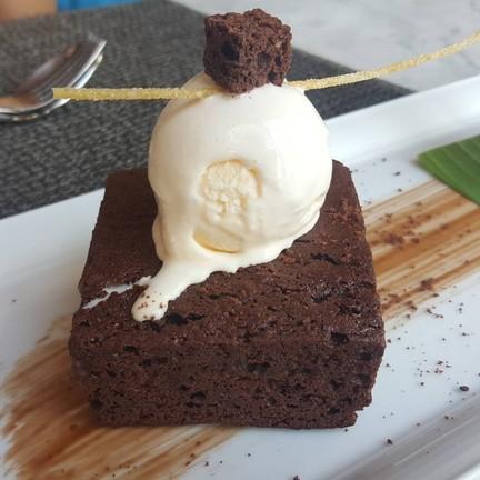 Double choccolate brownies ดับเบิ้ล ช็อกโกแลต บราวนี่ : บราวนี่ชิ้นโต กับไอศครีม