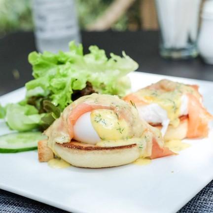 Smoked Salmon Egg Benedict (290THB)