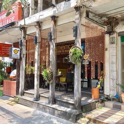 หน้าร้าน มองจากถนนทองหล่อ ตรงข้ามซอย 7