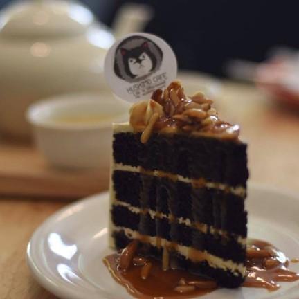 เค้กช็อคโกแลตเนื้อนุ่ม ราดด้วยซอสคาราเมลสุดหอมหวาน