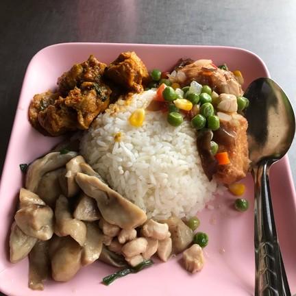 กับข้าว 3 อย่าง ราคา 60฿ ข้าวใช้ข้าวหอมมะลิ (มีข้าวกล้องให้เลือกด้วย)