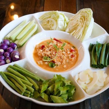 น้ำพริกไข่ปูที่ได้ทั้งเนื้อและไข่ รสชาติไม่จัดมาก กินได้ทุกวัย พร้อมผักสดๆ