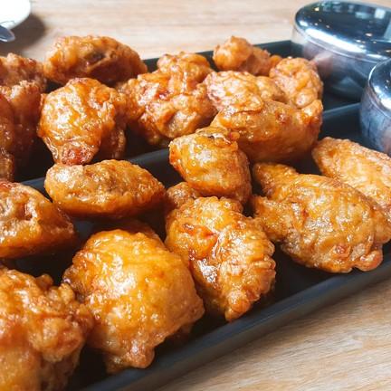 ปีกกลาง รส soy garlic เสิร์ฟพร้อมข้าวสวยและไชเท้าดอง